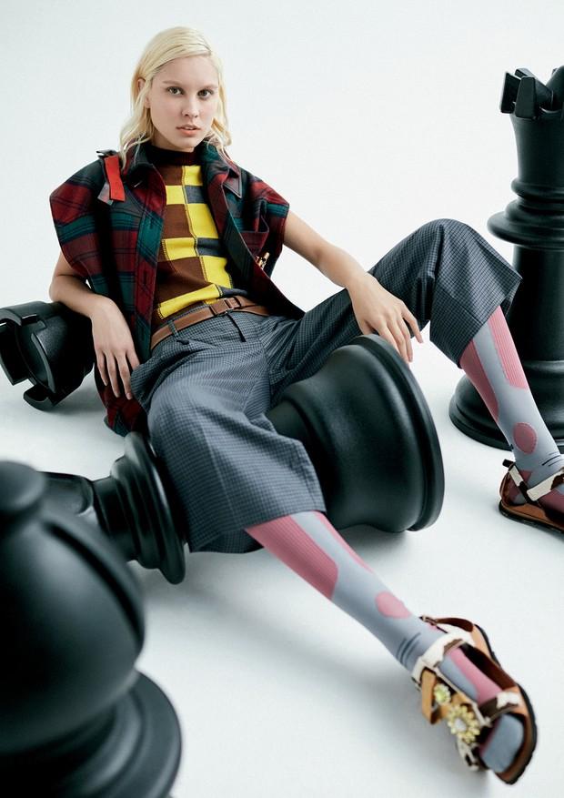 Colete, top, calça, meias e flats, tudo Miu Miu (Foto: Ivan Erick)