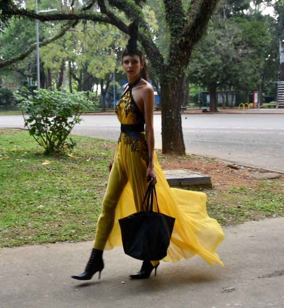 Vestido de festa acinturado combinado com ankle boots e maxibag (Foto: Camila Zarzur)