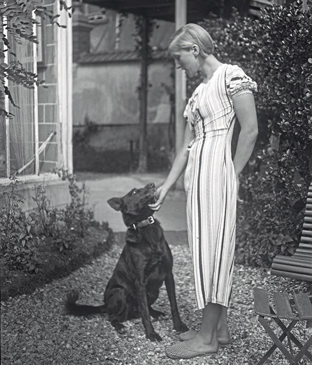 Marie-Thérèse aos 19 anos com o cachorro de sua mãe. (Foto: © Succession Picasso/Dacs London, 2018, © The Cecil Beaton Studio Archive At Sotheby's e © Archives Maya Widmaier-Ruiz-Picasso)