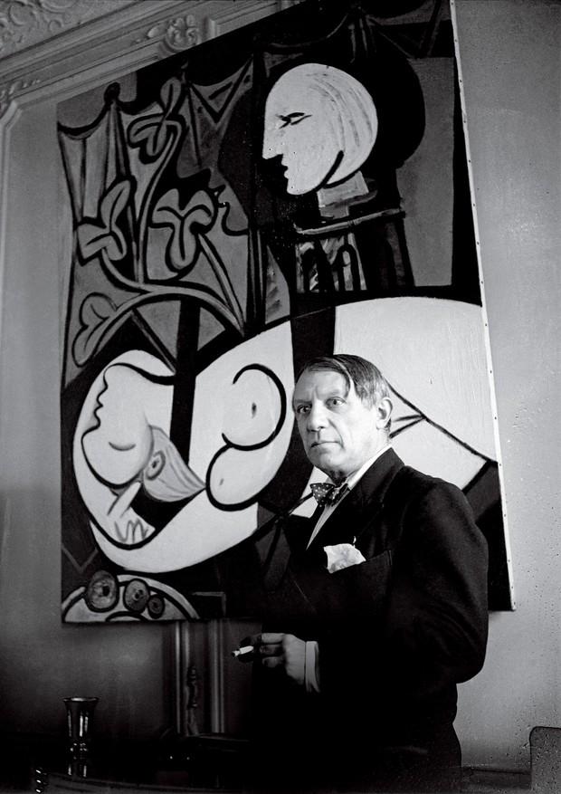 Picasso, em 1933, com sua obra Nu, Folhas Verdes e Busto, clicado por Cecil Beaton. (Foto: © Succession Picasso/Dacs London, 2018, © The Cecil Beaton Studio Archive At Sotheby's e © Archives Maya Widmaier-Ruiz-Picasso)