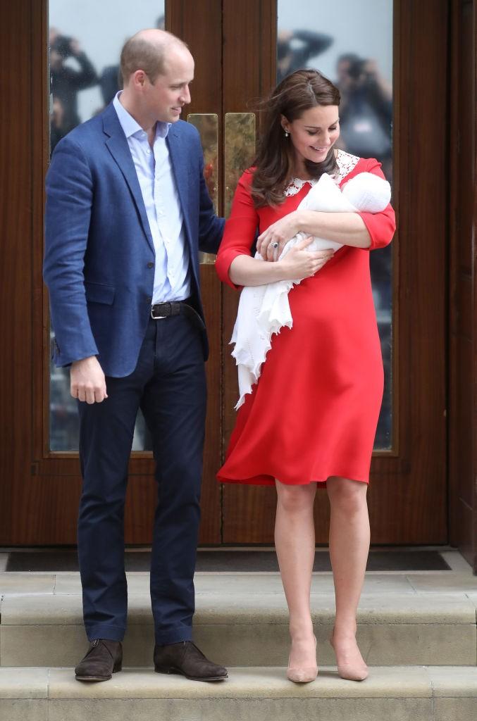 O casal saindo da maternidade com o bebê (Foto: Getty Images)