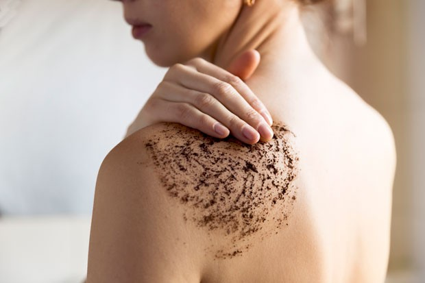 Os esfoliantes corporais devem ter partículas maiores do que as utilizadas para o rosto (Foto: Thinkstock)