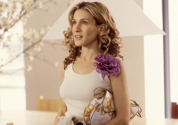 Carrie Bradshaw e uma de suas Saddle bags, na terceira temporada de Sex and the City (Foto: Divulgação)