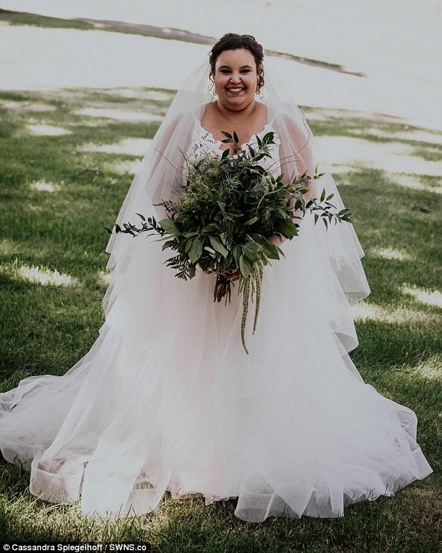 A noiva não desconsiderou a tradição de usar vestido branco (Foto: Reprodução / Daily Mail)