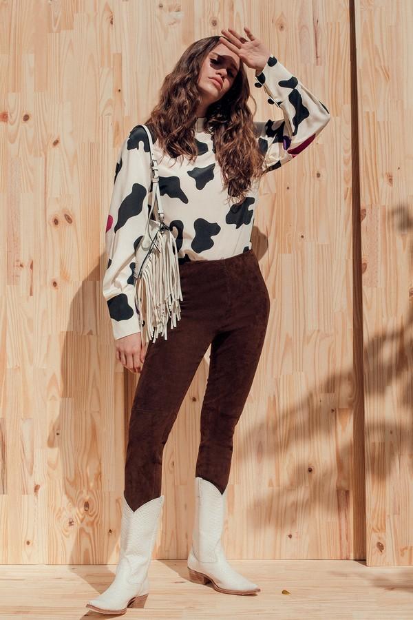 Camisa Max Mara (r$ 3.690), calça Ralph Lauren (r$ 9.900), bolsa Prada (r$ 8.850) e botas Waltão Boots (r$ 890) (Foto: Tauana Sofia)