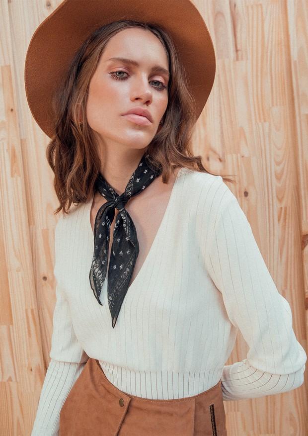 Vestido Casasola na Pinga (r$ 6.075), chapéu Cotton Project (r$ 219), lenço Christian Dior (r$ 4.940) e cartucheira camelo Aila (r$ 380) (Foto: Tauana Sofia)