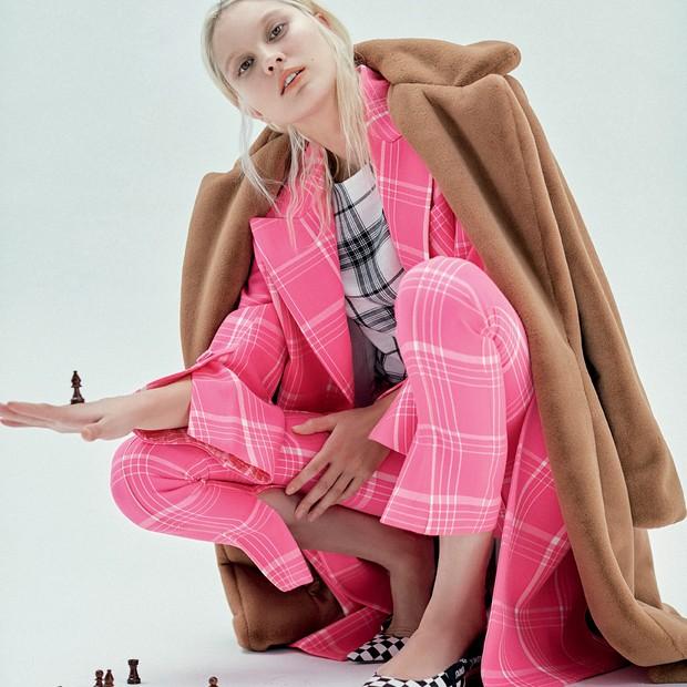 Casaco Amissima (R$ 998), blazer (R$ 13.500) e calça (R$ 3.770), ambos Fendi, top Canal (R$ 269) e sapatos Dior (R$ 3.800) (Foto: Ivan Erick)